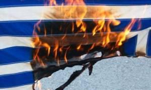 Πάτρα: Άγνωστοι δράστες έκαψαν ελληνικές σημαίες