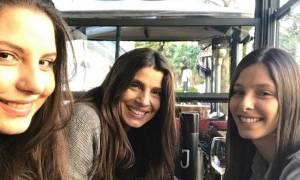 Μεσημεριανό καφεδάκι για την Πόπη Τσαπανίδου και τις κόρες της