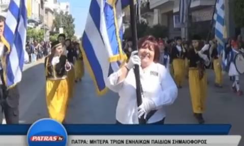 Συγκίνηση: Η σημαιοφόρος μητέρα τριών παιδιών που έκλεψε την παράσταση στην παρέλαση (video)