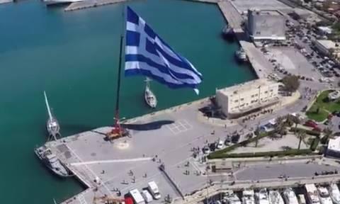 Η ελληνική σημαία που σκέπασε το λιμάνι του Ηρακλείου