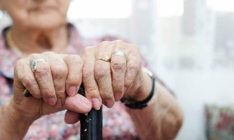 Πετράλωνα: Ηλικιωμένη «έγδυνε» ανυποψιάστους πολίτες - Πώς κατάφερε να «αρπάξει» 50.000 ευρώ!