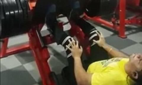 Βίντεο σοκ: Έσπασε το γόνατό του ανάποδα προσπαθώντας να σηκώσει βάρη