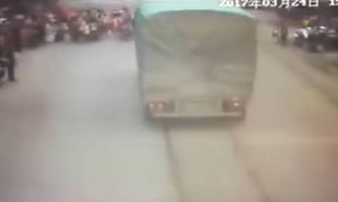 Βίντεο σοκ: Οδηγός φορτηγού παρασέρνει μαθητές και τους σκοτώνει (ΣΚΛΗΡΕΣ ΕΙΚΟΝΕΣ)