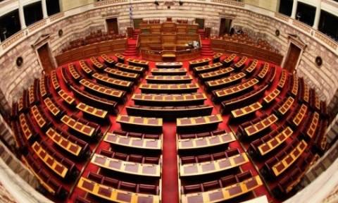 Βουλή: Ενός λεπτού σιγή για τους τέσσερις νεαρούς που σκοτώθηκαν σε τροχαίο στον Εύοσμο