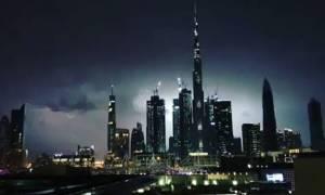 Εντυπωσιακό: Δείτε κεραυνό να χτυπά το ψηλότερο κτίριο του κόσμου (vid)