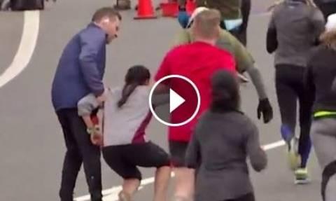Μια γυναίκα προδόθηκε απ' τα πόδια της στον Μαραθώνιο, αλλά υπολόγιζε χωρίς αυτόν τον άντρα (video)