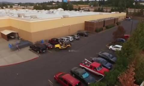 Πήρε τη θέση πάρκινγκ από οδηγό ενός τζιπ. Αυτό που του έκανε όμως, δεν θα το ξεχάσει ποτέ (video)