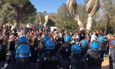 Ιταλία: Συμπλοκές αστυνομίας - ακτιβιστών που προσπαθούσαν να σώσουν αιωνόβια ελαιόδεντρα