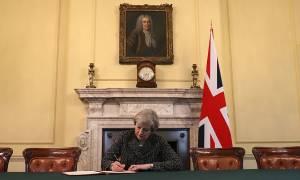 Brexit Ώρα Μηδέν: Η Τερέζα Μέι υπέγραψε το έγγραφο εξόδου της Βρετανίας από την ΕΕ