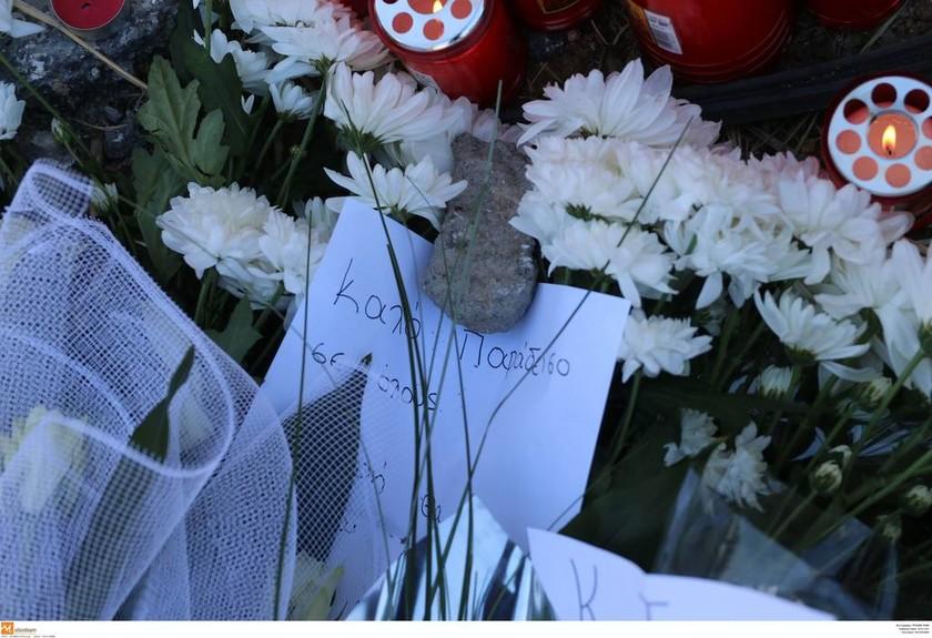 Τροχαίο Εύοσμος: Λουλούδια και σημειώματα στο σημείο που σκοτώθηκαν οι τέσσερις νεαροί (pics)