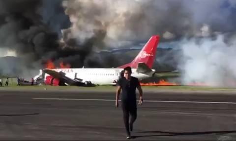 Πτήση στον τρόμο: Αεροπλάνο με 141 επιβάτες τυλίγεται στις φλόγες – Δείτε συγκλονιστικά βίντεο