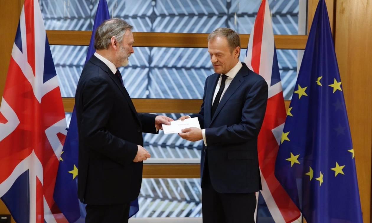 Ενεργοποιήθηκε το Brexit: Ο Βρετανός πρέσβης παρέδωσε την επιστολή στον Ντόναλντ Τουσκ (Pics+Vids)