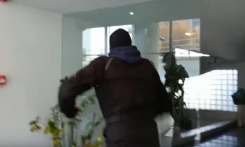 Κουκουλοφόροι έκαναν «γυαλιά-καρφιά» γραφεία εισπρακτικής στη Καλλιθέα (video)