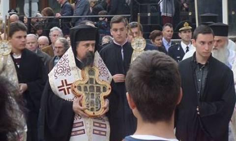 Τον Τίμιο Σταυρό υποδέχθηκε ο Μητροπολίτης Καρπενησίου (video)