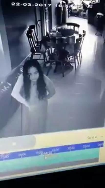 Έβαλε κρυφή κάμερα στο σαλόνι του. Αυτό που είδε να κάνει η υπηρέτρια τού έκοψε την ανάσα! (video)