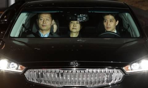 Στη φυλακή για σκάνδαλο διαφθοράς η πρόεδρος της Νότιας Κορέας (Vid)