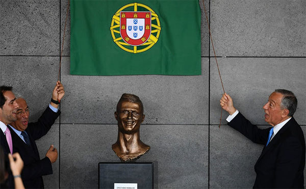 funny cristiano ronaldo statue fail 32 58dcc00ad2bb4 700