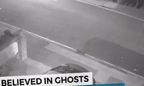 Δεν πίστευε ποτέ ότι υπάρχουν φαντάσματα! Μέχρι που κατέγραψε αυτό στην κάμερά του... (video)