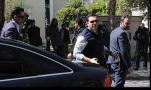 Στα γραφεία του ΣΥΡΙΖΑ ο Τσίπρας