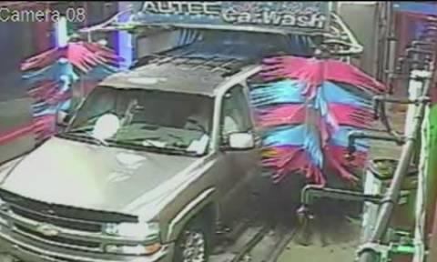 Μπήκε μαζί με το αυτοκίνητο στο αυτόματο πλυντήριο. Αυτό που έκανε το μετάνιωσε πικρά (video)