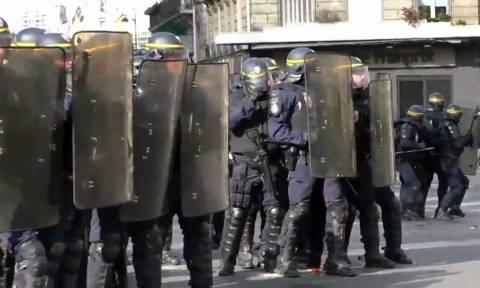 Γαλλία: Δακρυγόνα, πέτρες και ξύλο στην «καρδιά» του Παρισιού (vid)