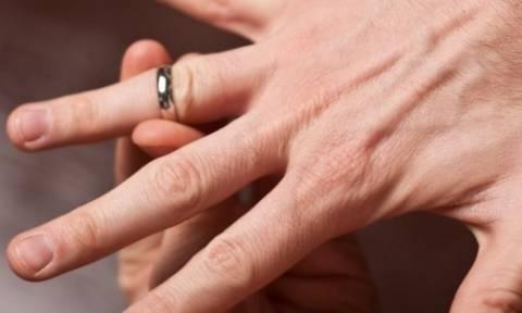 Σφήνωσε η βέρα ή το δαχτυλίδι στο δάκτυλό σας; Κανένα πρόβλημα... (video)