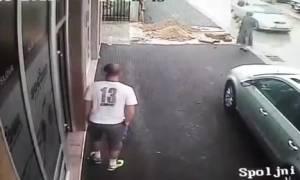 Ασυνείδητοι εργάτες άφησαν τρύπα σε πεζοδρόμιο ανοικτή κι έπεσε μέσα μια γιαγιά (Video)
