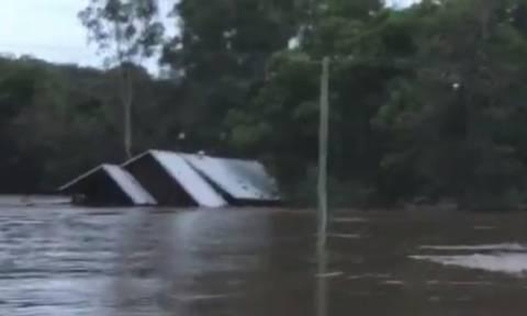 Συγκλονιστικό βίντεο: Οικογένεια διασώζεται με ελικόπτερο λίγα λεπτά πριν το σπίτι τους εξαφανισθεί