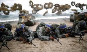 Εντυπωσιακές φωτογραφίες από την άσκηση εισβολής στη Βόρεια Κορέα - Έτοιμος για πόλεμο ο Τραμπ