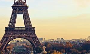 Γαλλία: Ο Πύργος του Άιφελ τιμά τα θύματα της επίθεσης στο μετρό της Αγίας Πετρούπολης