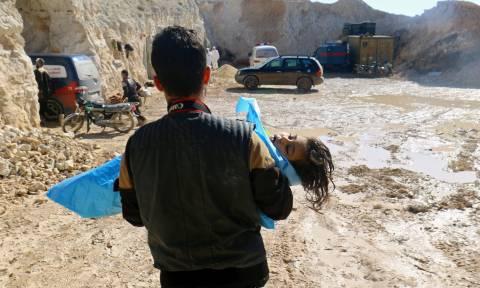 Παγκόσμιο σοκ από τη νέα θηριωδία με χημικά στη Συρία: Τουλάχιστον 100 νεκροί (pics+vids)