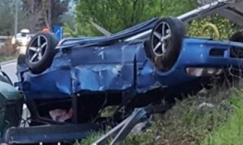 «Κόντρα θανάτου» στο Ωραιόκαστρο: Αυτοκίνητο έπεσε πάνω σε στάση λεωφορείου (videos)