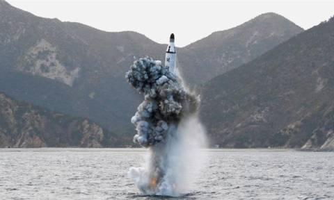 «Ρίχνει» το γάντι στον Ντοναλντ Τραμπ ο Κιμ Γιονγκ Ουν: Εκτόξευσε πύραυλο πριν τη συνάντηση κορυφής