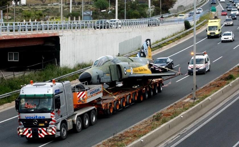 Πολεμικό αεροσκάφος στην Εθνική Οδό Αθηνών – Λαμίας: Απίστευτες εικόνες