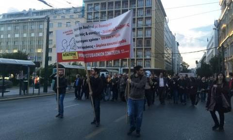 ΤΩΡΑ: Συγκέντρωση της ΑΔΕΔΥ στα Προπύλαια και πορεία κατά των νέων μέτρων (pics)