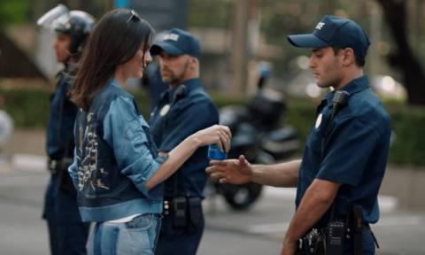 Αυτό είναι το «απαγορευμένο» διαφημιστικό με την Κένταλ Τζένερ που προκάλεσε αντιδράσεις (video)