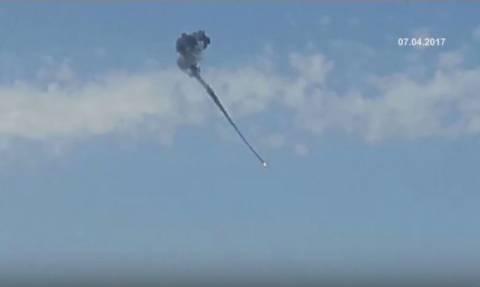 Φωτιά από ψηλά: Συγκλονιστικό βίντεο από το βομβαρδισμό της αεροπορικής βάσης στη Συρία
