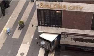 Τρομοκρατική επίθεση Στοκχόλμη: Φορτηγό έπεσε σε πολυκατάστημα - Πέντε νεκροί και δεκάδες τραυματίες