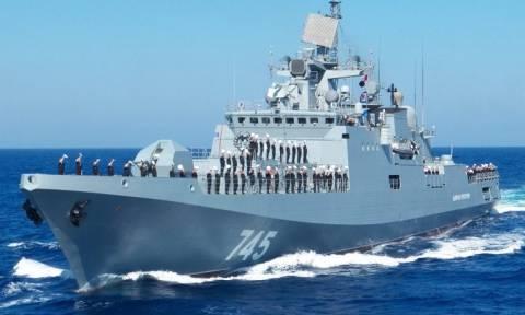 Λεπτές ισορροπίες! Ρωσικό πολεμικό πλοίο πλησιάζει τα αμερικανικά στην Ανατολική Μεσόγειο