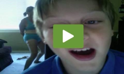 Κατέγραψε με κρυφή κάμερα τη μάνα του να κάνει... ζούμπα. Η συνέχεια ξεκαρδιστική (video)