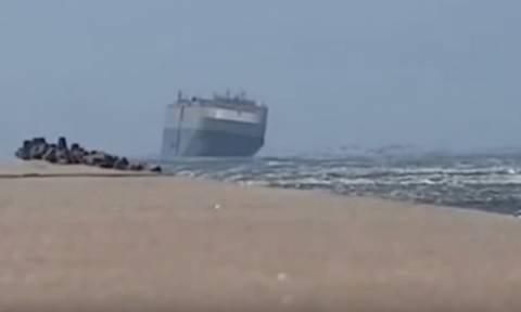 Εφιαλτικό ταξίδι: Πλοίο παλεύει με τον άνεμο για να μην βουλιάξει! (vid)