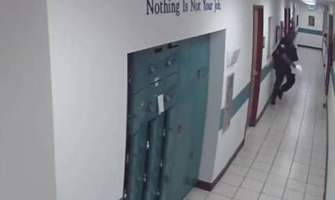 Φλόριντα: Η επική αντίδραση αστυνομικού όταν βλέπει ένα ποντίκι μέσα στο τμήμα! (vid)