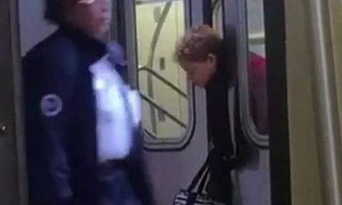 Απίστευτο: «Πιάστηκε» το κεφάλι της στις πόρτες του μετρό και κανείς δεν τη βοήθησε (vid)