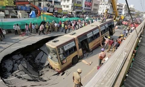 Πανικός: Τεράστια τρύπα «κατάπιε» λεωφορείο γεμάτο επιβάτες! (vid)