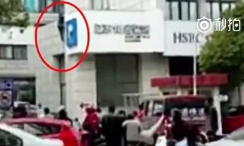 Τυχερός μέσα στην ατυχία του: Κρεμάστηκε από ύψος 8 μέτρων και δείτε πώς σώθηκε! (vid)