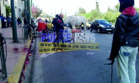 Πρωτοφανές τροχαίο στο Σύνταγμα: Ταξί συγκρούστηκε με… άμαξα! (pics)