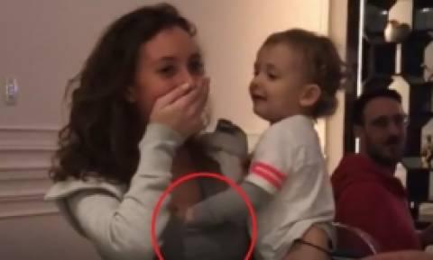 Σάλος με το «καυτό» μοντέλο που αφήνει το μικρό ανιψιό της να «παίξει» με το στήθος της (video)