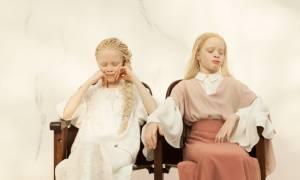 Απόκοσμη ομορφιά: Οι 11χρονες αλμπίνο δίδυμες ανατρέπουν τη μόδα