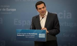 Spiegel: Η επώδυνη συμφωνία του Τσίπρα μπορεί να οδηγήσει σε πρόωρες εκλογές