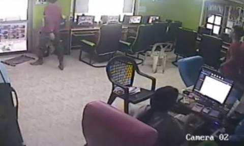 Απίστευτο βίντεο: Φίδι σκορπά τον πανικό σε ίντερνετ καφέ!